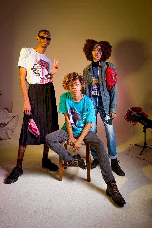 Dante Freire, criador da marca Infernin, sentado entre os modelos. foto: Luisa Calmon/Labfoto